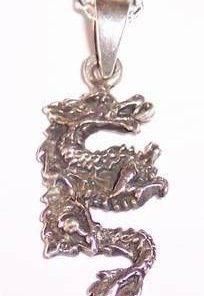 Pandantiv barbatesc model dragon pe lantisor de argint