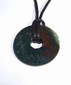 Pandantiv din heliotrop pe siret negru din material textil