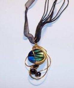 Pandantiv placat cu sfere negre si cristal multicolor
